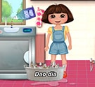 Dora rửa chén bát
